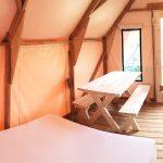 Intérieur du prêt-à-camper/glamping nommé tente boréale disponible à la location au Camping du Domaine Lausanne, 3 saisons